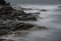 Havvågor över vaggar på Cliff Walk i Rhode - ön Fotografering för Bildbyråer