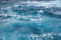 Havvågor av blå och blå bästa sikten den turkos, arkivbild
