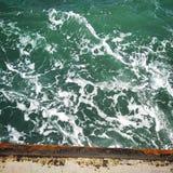 Havvågor beskådar med spumen arkivfoton