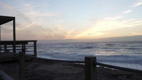 Havvågor med vitt skum som kraschar vid kusten i aftonen med härlig himmel Vagueira strand i Aveiro, Portugal lager videofilmer
