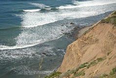 Havvågor och klippa Arkivfoto