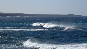 Havvågor på den steniga kustlinjen Royaltyfri Foto