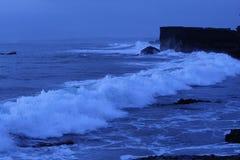 Havvågor på solnedgången Fotografering för Bildbyråer
