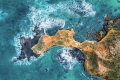 Havvågor som bryter över eroderat, vaggar fotografering för bildbyråer