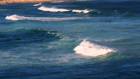 Havvågor som bryter på bränningstranden royaltyfri foto