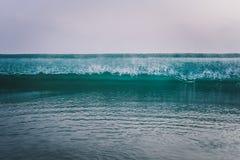 havvågor som bryter vid kusterna royaltyfria bilder