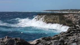 Havvågor som krossar kustlinjen arkivfilmer