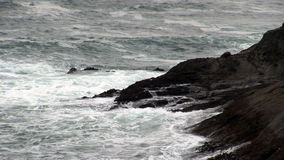 Havvågor som slår Lava Rock Shore Depoe Bay Oregon arkivfilmer