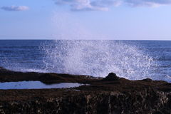 Havvågor som slår stranden, vaggar Fotografering för Bildbyråer