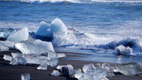 Havvågor tvättade isberg Global uppv?rmningproblem lager videofilmer