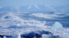 Havvågor tvättade isberg Global uppv?rmningproblem arkivfilmer