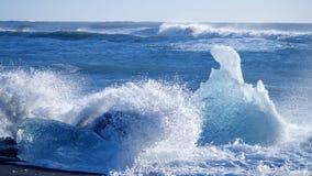 Havvågor tvättade isberg Global uppv?rmningproblem stock video