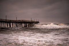Havvågor vrålar med den frånlands- orkanen arkivfoton