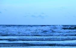 Havvågorna kommer att stötta i ett rytmiskt mode royaltyfria bilder