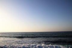 Havvatten och blå himmel Fotografering för Bildbyråer