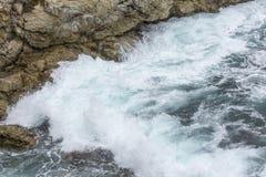 Havvattenfärgstänk på stora Sur Kalifornien Arkivbild