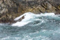 Havvattenfärgstänk på stora Sur Kalifornien Royaltyfri Fotografi