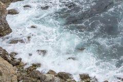 Havvattenfärgstänk på stora Sur Kalifornien Arkivfoto