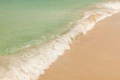 HavWave på sandig strandbakgrund Royaltyfri Bild