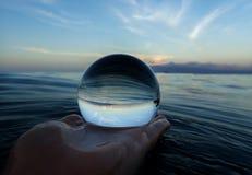 Havyttersida fodrar och texturer med ön på horisonten som fångas i boll royaltyfri foto