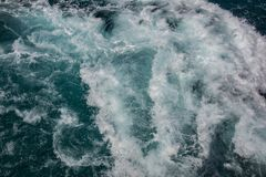Havyttersida, havsskum på det blåa havet, bakgrund royaltyfri fotografi
