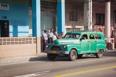 Hawański, Kuba Funkcjonariuszi policji przed komendą policji na ulicie w Hawańskim fotografia royalty free