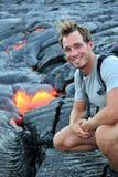 Hawaï: Wandelaar die lava zien Stock Afbeeldingen