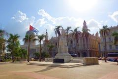 Hawańska, Kuba, Parque centrala, - central park z palmami/, statua Jose Marti, flaga państowowa Kuba Teatro De Los angeles Habana obrazy royalty free