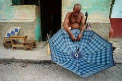 Hawański, Kuba, Czerwiec 5, 2016: Mężczyzna ma biznes naprawiać parasol Fotografia Royalty Free
