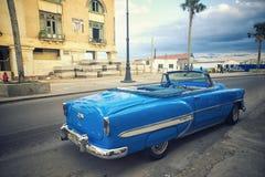 HAWAŃSKI, KUBA - 4 DEC, 2015 Błękitnego rocznika klasyczny Amerykański samochód Zdjęcia Stock