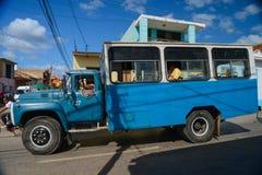 HAWAŃSKI, KUBA - GRUDZIEŃ 11, 2014 Stara ciężarówka niesie ludzi na stree Zdjęcia Stock