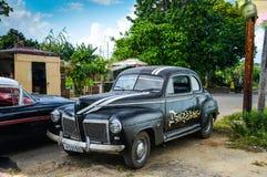 Hawański, KUBA, GRUDZIEŃ - 13, 2013: Stary klasyczny Amerykański samochodowy dpark Obraz Stock