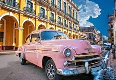 HAWAŃSKI, KUBA, LIPIEC - 8, 2016 Różowego rocznika klasyczny Amerykański samochód, Zdjęcie Royalty Free