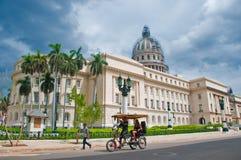 HAWAŃSKI, KUBA, LIPIEC - 8, 2016 Riksza, także znać jako bicitaxi, c Zdjęcia Royalty Free
