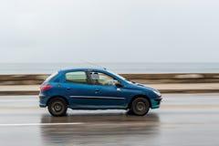 HAWAŃSKI, KUBA, PAŹDZIERNIK - 21, 2017: Błękitny koloru Peugeot samochód w Hawańskim, Kuba Fotografia Stock