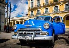 HAWAŃSKI, KUBA - PAŹDZIERNIK 29, 2015 Chevrolet samochody używają jako taxsi na ulicach Stary Hawański, Hawańskich, Kuba To jest  fotografia royalty free