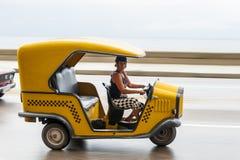 HAWAŃSKI, KUBA, PAŹDZIERNIK - 21, 2017: Kobieta Jedzie Tuku Tuk taxi w Hawańskim, Kuba Fotografia Royalty Free