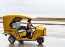 HAWAŃSKI, KUBA, PAŹDZIERNIK - 21, 2017: Kobieta Jedzie Tuku Tuk taxi w Hawańskim, Kuba Obrazy Royalty Free