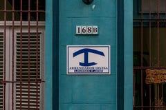 HAWAŃSKI, KUBA, PAŹDZIERNIK - 21, 2017: Podpisuje na budynku który znaczy wynajmowanie pokój lub dom Arrendador Divisa Fotografia Royalty Free