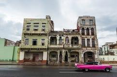 HAWAŃSKI, KUBA, PAŹDZIERNIK - 21, 2017: Stary budynek w Hawańskiej, Unikalnej Kuba architekturze, Poruszający samochód w przedpol Fotografia Stock