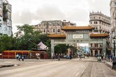 HAWAŃSKI, KUBA, PAŹDZIERNIK - 20, 2017: Hawański Stary miasteczko i Lokalna Unikalna architektura chińskie bramy fotografia stock