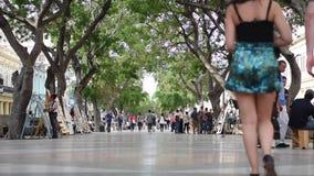 HAWAŃSKI, KUBA, PAŹDZIERNIK - 20, 2017: Hawański Stary miasteczko z Turystycznymi Starymi pojazdami i ludźmi zdjęcie wideo