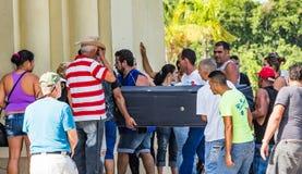 HAWAŃSKI, KUBA - PAŹDZIERNIKA 29-Family członkowie niosą szkatułę w pogrzeb na Oct 29, 2015 w Hawańskim, Cuba_ obraz stock