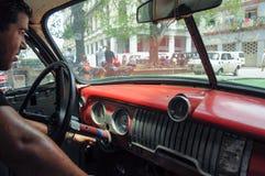HAWAŃSKI, KUBA, potomstwa Kubański męski obsiadanie w starych clas - MAJA 31, 2013 Zdjęcia Stock