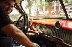 HAWAŃSKI, KUBA, potomstwa Kubański męski obsiadanie w starych clas - MAJA 31, 2013 Obraz Stock