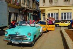 Hawański, Kuba - roczników klasyczni Amerykańscy samochody słuzyć jako taxi w Hawańskim Vieja kapitał Kuba fotografia royalty free