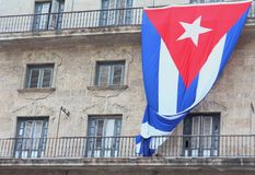 Hawański, Kuba, Sep - 1st 2017: Krajowy kubański chorągwiany obwieszenie na budynku Zdjęcie Stock