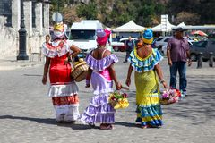 Hawański, Kuba/- 15 2018 Sept: Tradycyjni kolorowi kubańscy kostiumy będący ubranym Hawańskimi damami na Hawańskiej ulicie, Kuba obrazy royalty free