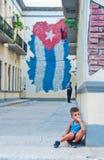 HAWAŃSKI, KUBA SEPT 21, 2016: Widok zadumany chłopiec obsiadanie Fotografia Stock