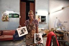 Hawański, Kuba, Sierpień 14th, 2018: Fryzjer pozuje w jego biznesowej sali w Hawańskim fotografia stock